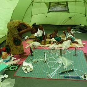Kinderen met malaria scheiden geur af die extra malariamuggen aantrekt
